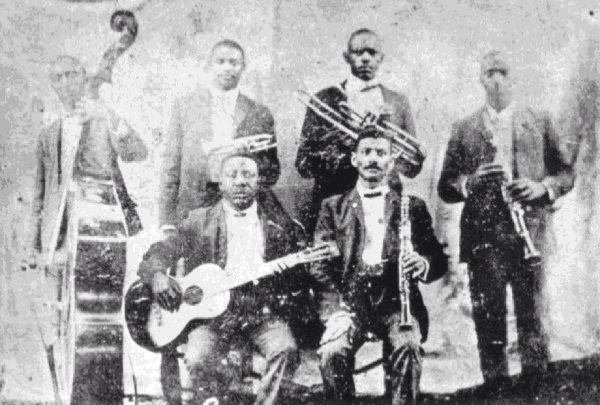 Buddy Bolden yhtyeineen vuonna 1905. Takarivissä seisovat Jimmy Johnson, Buddy Bolden, Willie Cornish ja William Warner. Edessä istuvat Jefferson Mumford ja Frank Lewis.