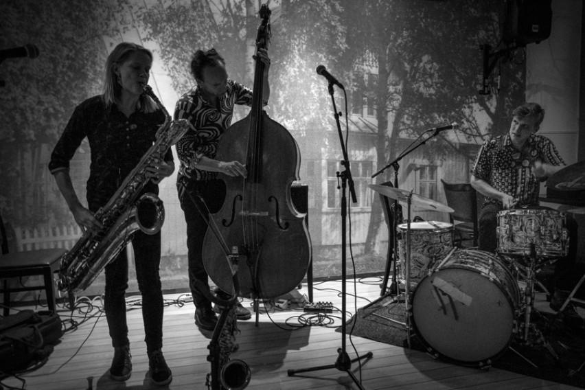 Mopo Tornion Kerholla 8.9.2015. Linda Fredriksson, saksofonit, Eero Tikkanen, basso & Eeti Nieminen, rummut